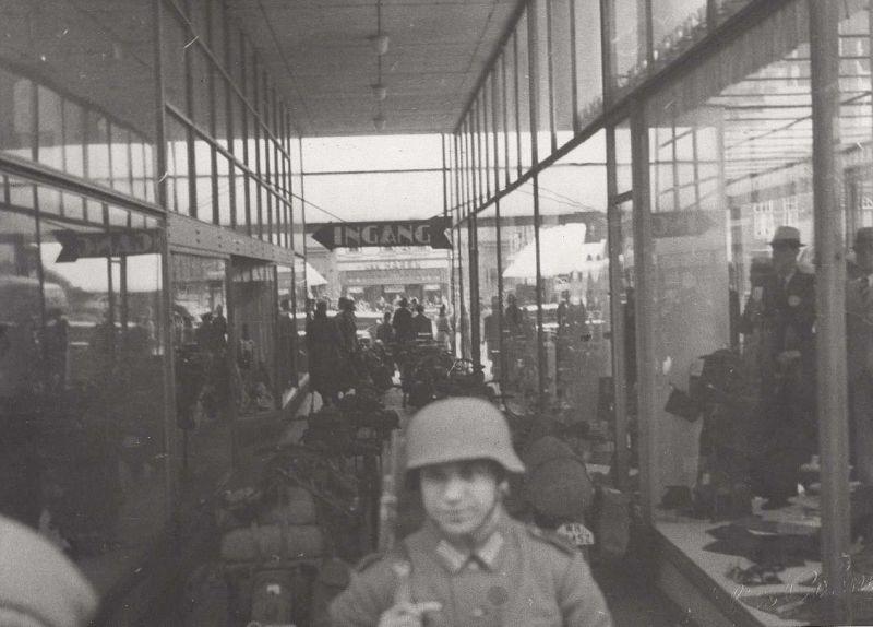 Duitse motoren in de hal van het Glaspaleis tijdens de inval op 10 mei 1940