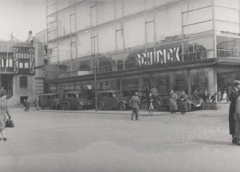 Duitse soldaten en materieel voor het Glaspaleis tijdens de inval op 10 mei 1940