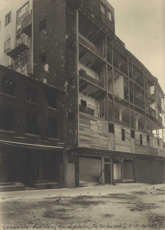 In de nacht van 31 december 1944 op 1 januari 1945 werd het Glaspaleis van de familie Schunck beschadigd door een Duitse bom